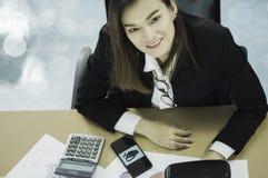 Mujer de negocios asiática de la visión superior que sonríe feliz, con el documento las ventas de las auriculares de VR en el mer imagen de archivo libre de regalías