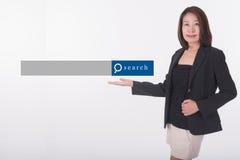 Mujer de negocios asiática que se coloca con el gráfico del Search Engine Imágenes de archivo libres de regalías