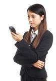 Mujer de negocios asiática que usa el teléfono móvil Foto de archivo libre de regalías