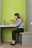 Mujer de negocios asiática que usa la taza del control del café de In Coworking Center de la empresaria del ordenador portátil Imagen de archivo