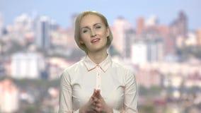 Mujer de negocios atractiva con la expresión desconfiada de la cara almacen de metraje de vídeo