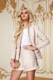 Mujer de negocios atractiva de la belleza en cuerpo delgado perfecto del traje de la moda Fotografía de archivo