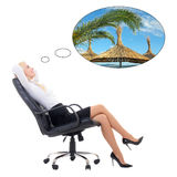 Mujer de negocios atractiva feliz que se sienta en la silla de la oficina que sueña alrededor Fotografía de archivo libre de regalías