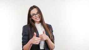 Mujer de negocios atractiva joven que detiene los pulgares almacen de metraje de vídeo