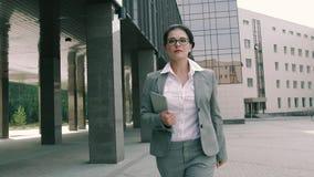 Mujer de negocios atractiva joven que es atrasada para la reunión metrajes