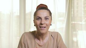Mujer de negocios atractiva joven que es sorprendida y sorprendida almacen de metraje de vídeo