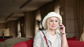 Mujer de negocios atractiva que usa el teléfono elegante almacen de video