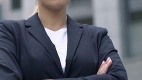 Mujer de negocios atractiva satisfecha con logros, metas y aspiraciones metrajes