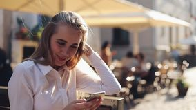 Mujer de negocios atractiva sitiing en el banco usando Internet de conexión de la red social en línea de la comunicación del smar almacen de video
