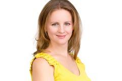 Mujer de negocios auténtico sonriente en vestido amarillo imagen de archivo libre de regalías