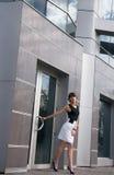Mujer de negocios bonita cerca del edificio contemporáneo Fotografía de archivo