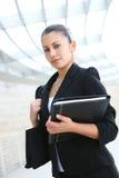 Mujer de negocios bonita en el edificio de oficinas Imagenes de archivo