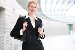Mujer de negocios bonita en la oficina Foto de archivo libre de regalías