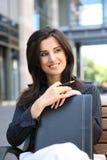 Mujer de negocios bonita fuera de la oficina Foto de archivo libre de regalías