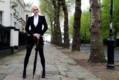 Mujer de negocios bonita joven al aire libre imagen de archivo