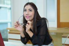 Mujer de negocios bonita joven con el cuaderno en la oficina fotos de archivo