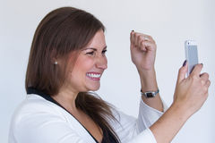 Mujer de negocios bonita joven enojada con el teléfono móvil Fotos de archivo libres de regalías