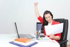 Mujer de negocios bonita que analiza cartas de la inversión con calculato imágenes de archivo libres de regalías
