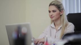 Mujer de negocios bonita que mecanografía en un ordenador portátil almacen de video
