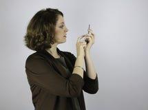 Mujer de negocios bonita que usa el teléfono celular Imágenes de archivo libres de regalías