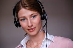 Mujer de negocios bonita sonriente con el receptor de cabeza Imagen de archivo libre de regalías
