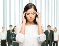 Mujer de negocios cansada y trastornada en la tensión en blanco Imagen de archivo