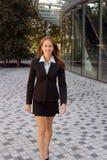 Mujer de negocios - carrocería completa - confidente - éxito Fotografía de archivo libre de regalías