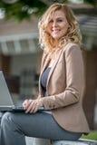 Mujer de negocios caucásica confiada fotografía de archivo