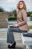 Mujer de negocios caucásica confiada imagen de archivo libre de regalías