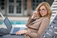 Mujer de negocios caucásica confiada imagen de archivo