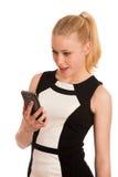 Mujer de negocios caucásica joven hermosa con communi del smartphone Imagenes de archivo