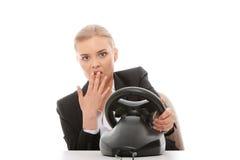 Mujer de negocios caucásica joven que juega en el ordenador Imagen de archivo
