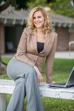 Mujer de negocios caucásica rubia bastante atractiva imagen de archivo libre de regalías