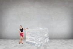 Mujer de negocios cerca del cubo de hielo grande Imagen de archivo libre de regalías