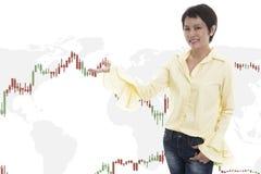 Mujer de negocios comercial y línea comercial gráficos de las divisas Imagen de archivo