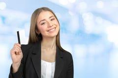 Mujer de negocios con de la tarjeta de crédito Fotos de archivo libres de regalías