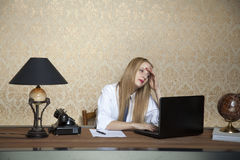 Mujer de negocios con dolor de cabeza Foto de archivo libre de regalías