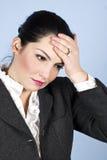 Mujer de negocios con dolor de cabeza o problemas Foto de archivo libre de regalías