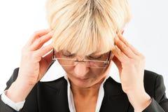 Mujer de negocios con dolor de cabeza o quemadura Imagen de archivo