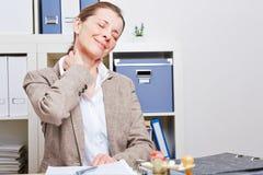 Mujer de negocios con dolor de cuello Foto de archivo