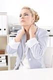 Mujer de negocios con dolor de cuello Fotos de archivo libres de regalías