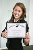 Mujer de negocios con el certificado (foco en certificado) Imagen de archivo