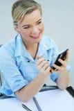 Mujer de negocios con el dispositivo electrónico fotografía de archivo