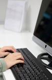 Mujer de negocios con el ordenador foto de archivo