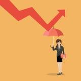 Mujer de negocios con el paraguas que protege contra gráfico abajo Imagen de archivo libre de regalías