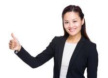 Mujer de negocios con el pulgar para arriba Imagen de archivo libre de regalías