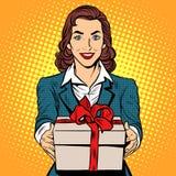 Mujer de negocios con el rectángulo de regalo Fotografía de archivo libre de regalías