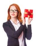 Mujer de negocios con el regalo Fotos de archivo libres de regalías