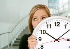 Mujer de negocios con el reloj Foto de archivo libre de regalías