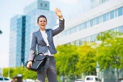 Mujer de negocios con el saludo de la cartera Fotografía de archivo libre de regalías
